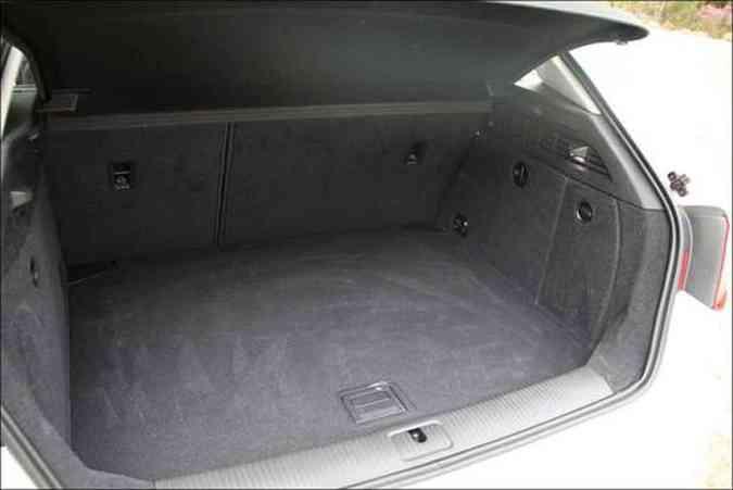 Porta-malas tem capacidade parecida com a de um sedã compacto(foto: Marlos Ney Vidal/EM/D.A Press)