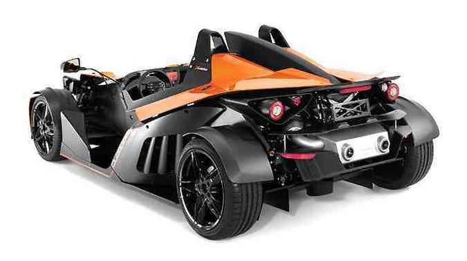 A carroceria é em fibra de carbono, kevlar e alumínio