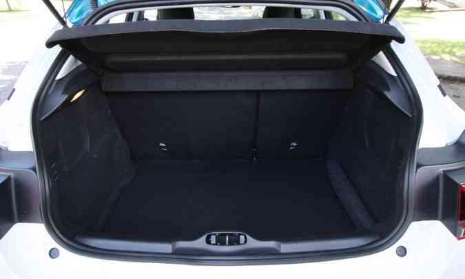 Porta-malas tem volume de apenas 320 litros, muito pequeno para se destacar entres os SUVs(foto: Edésio Ferreira/EM/D.A Press)