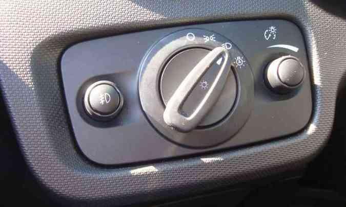 Certo e errado: deixar o botão giratório na função automática (sensor crepuscular) acarreta multa(foto: Bruno Freitas/EM/D.A Press)