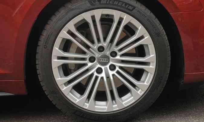 As belas rodas de liga leve de 18 polegadas são calçadas com pneus na medida 245/40(foto: Jair Amaral/EM/D.A Press)
