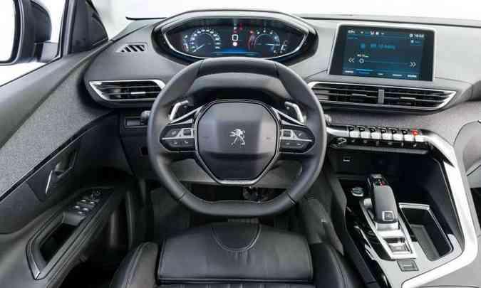 O interior tem acabamento sofisticado e o Peugeot i-Cockpit 2.0, com volante Sportdrive(foto: Peugeot/Divulgação)
