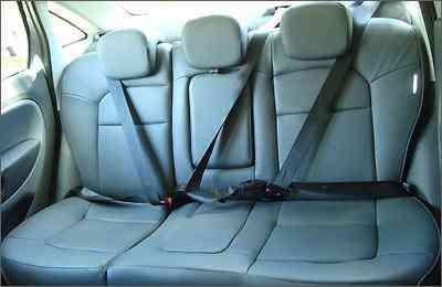 Os passageiros traseiros não contam com tanto espaço para cabeça e ombros, mas estão seguros com cintos de três pontos e apoios de cabeça -