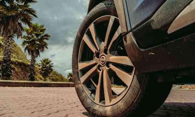 A versão Exclusive vem equipada com rodas de liga leve de 17 polegadas, com pneus 205/55 R17(foto: Jorge Lopes/EM/D.A Press)
