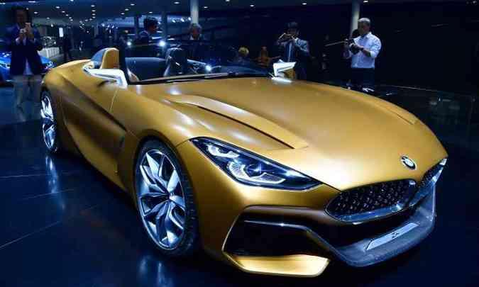 O BMW Z4 Concept revela as linhas do modelo que será produzido em série(foto: Daniel Roland e Tobias Schwarz/AFP)