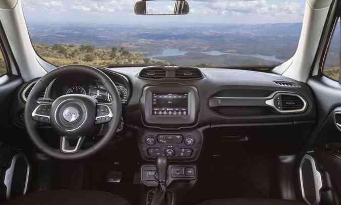 No painel, multimídia Uconnect com tela tátil de sete polegadas e ar-condicionado dual zone(foto: Jeep/Divulgação)