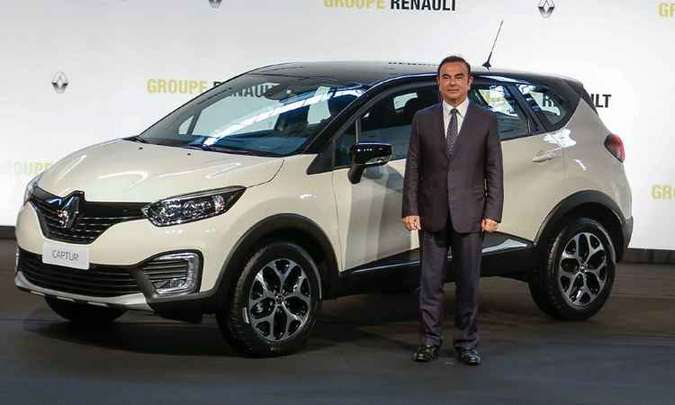 Renault Captur e o CEO da aliança Renault-Nissan, o brasileiro Carlos Ghosn(foto: Rodolfo Buhrer/Divulgação Renault)