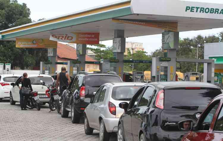 Motoristas fizeram fila nos postos após zunzunzum de nova greve dos caminhoneiros. Foto: Nando Chiappetta/DP - Nando Chiappetta/DP