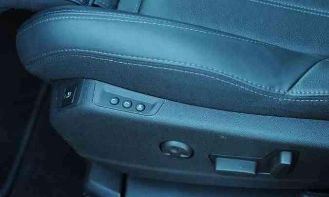 Banco do motorista tem comandos elétricos, memória e massageador(foto: Leandro Couri/EM/D.A Press)