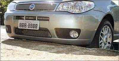 É preciso observar a altura do meio-fio para não danificar a parte inferior do veículo - Eduardo Rocha/RR - 21/7/04