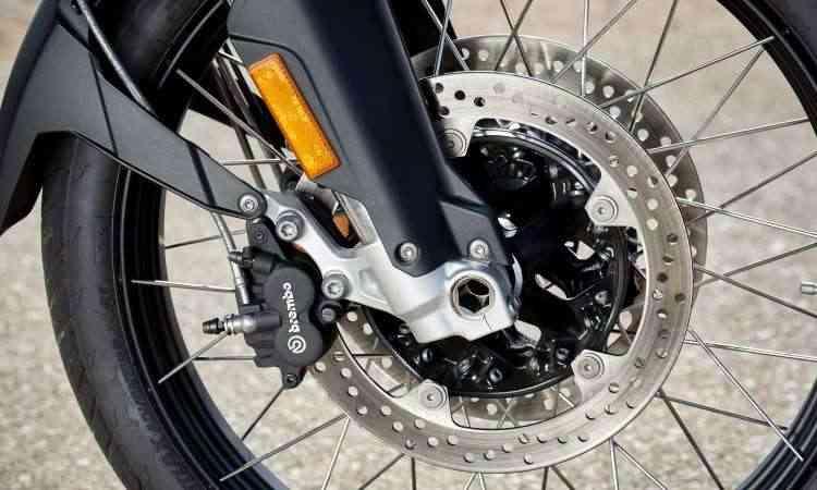 O sistema de freios do modelo F 850 conta com dois discos de 305mm na dianteira - BMW/Divulgação