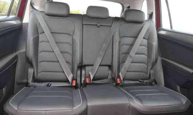Na segunda fileira de bancos o conforto é só para dois passageiros, já que no meio fica apertado(foto: Jair Amaral/EM/D.A Press)