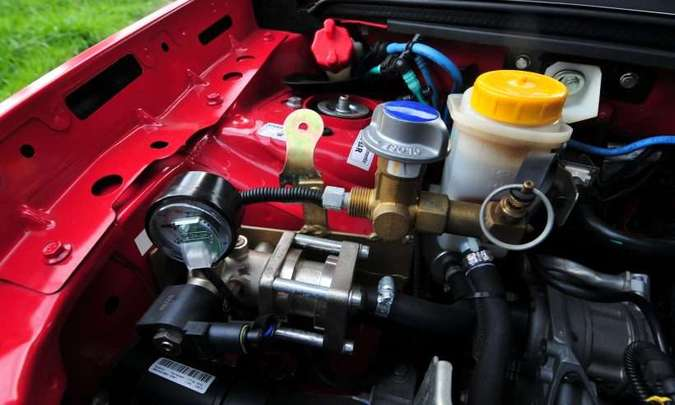 Dentro do compartimento do motor, um marcador mostra o nível e a pressão do gás(foto: Gladyston Rodrigues/EM/D.A Press)