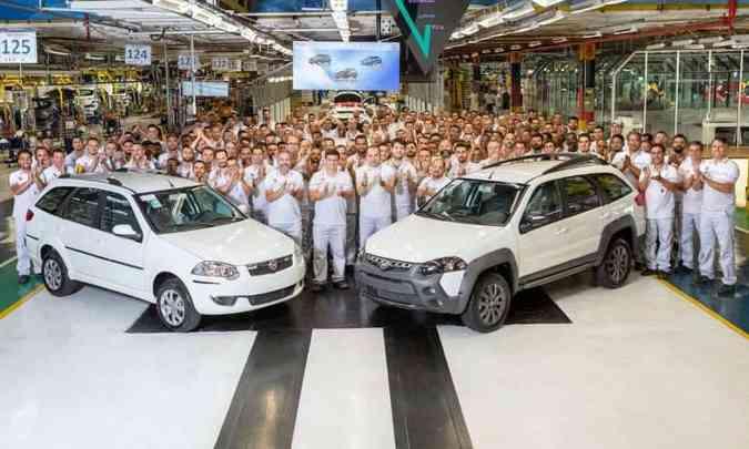 Funcionários da fábrica em Betim posam ao lado do modelo que fez história, a perua Weekend(foto: Fiat/Divulgação)