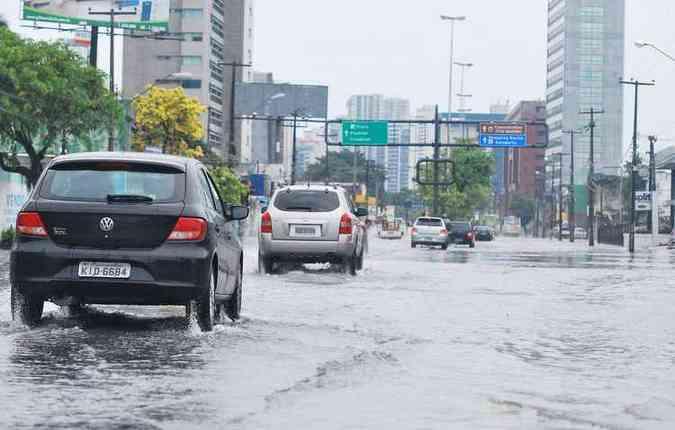 Seguir o carro da frente é o indicado para evitar problemas(foto: André Marins/Esp. DP)