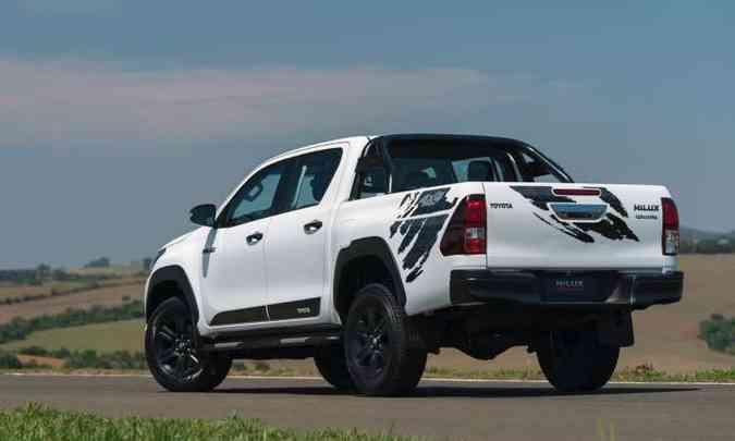 Modelo tem lanternas traseiras escurecidas e santantônio de série(foto: Toyota/Divulgação)