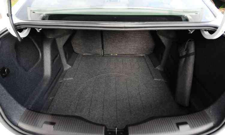 Porta-malas tem volume considerável, apesar de as alças do tipo pescoço de ganso limitarem a área de bagagem -