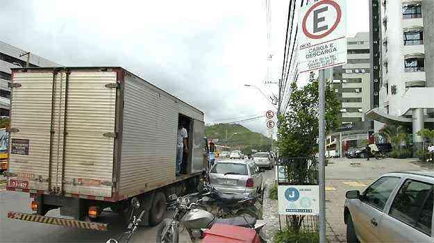 Veículo deve estacionar durante o tempo estritamente necessário à operação - Juarez Rodrigues/EM/DA PRESS