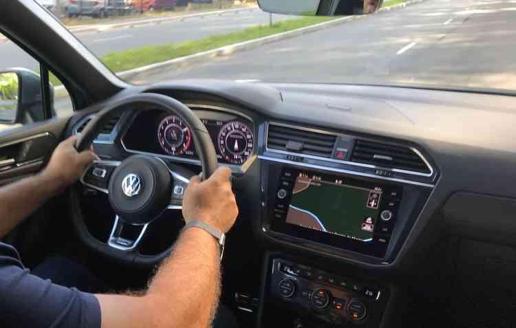 Entre os itens disponíveis de série então ar-condicionado de três zonas, volante multifuncional com paddleshift e sensor de estacionamento dianteiro e traseiro. Foto: Jorge Moraes / DP -