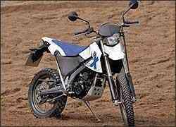 A moto é estreita e alta, como convém a uma fora-de-estrada -