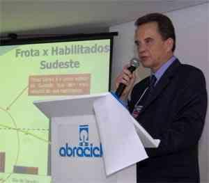 Diretor-Executivo da Abraciclo, José Eduardo Gonçalves, durante coletiva na 3ª MOTOFAIR, o Salão das Motos de Minas, de 29 de marco a 1 de abril de 2012, no Expominas - Jair Amaral/EM/D.A Press