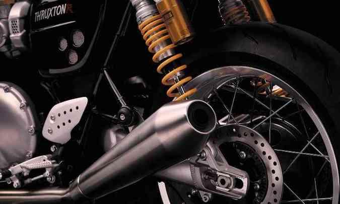 A suspensão traseira é dupla, com amortecedores Ohlins reguláveis, e os freios são a disco com sistema ABS(foto: Triumph/Divulgação)
