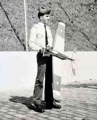 Jorge Canto com o modelo de aeromodelismo que construiu(foto: Arquivo Pessoal)