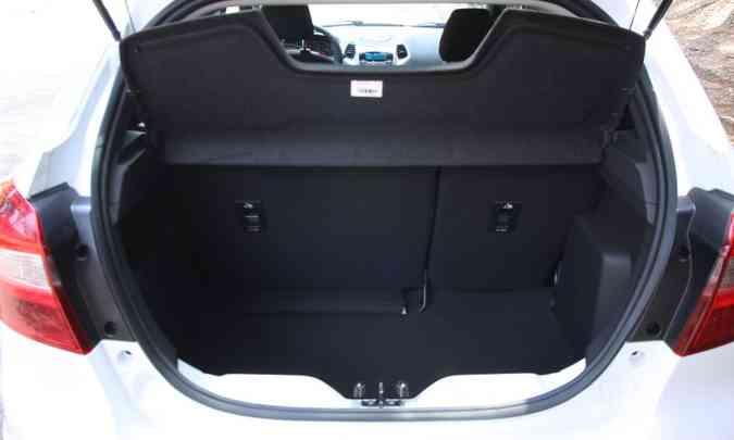 Porta-malas é pequeno, mas todo revestido(foto: Edésio Ferreira/EM/D.A Press)