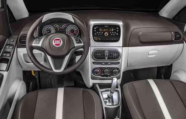 Interior possui bancos revestidos em couro marrom, paineis de portas com couro e tecido, painel de dois tons e volante de couro com comandos de rádio - Fiat/divulgação