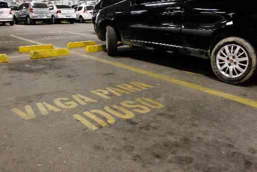 Estacionar na vaga reservada sem a devida identificação no veículo gera multa grave - Paulo Paiva / DP