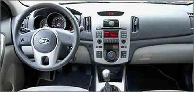 Painel central é simétrico, no qual o volante pode ser deslocado para qualquer um dos lados