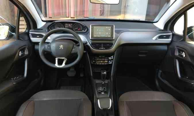 Interior traz pequeno volante e alavanca do freio de estacionamento original(foto: Pedro Cerqueira/EM/D.A PRESS )
