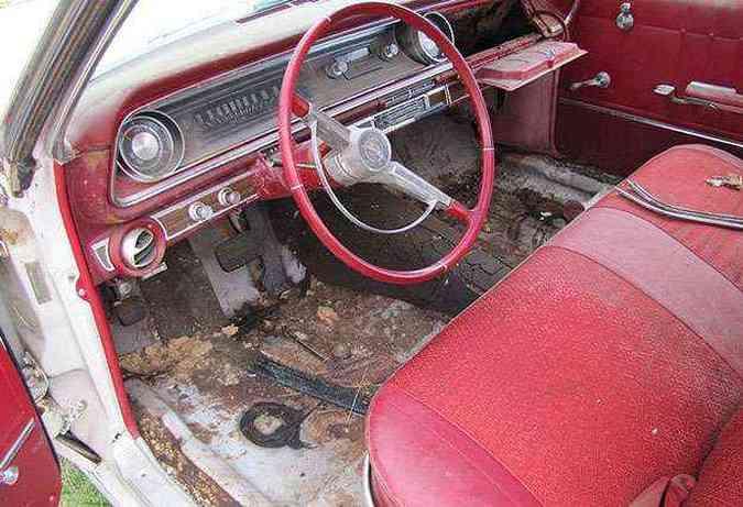 Carro equipado com ar-condicionado e rádio AM. Interior sofreu ação do tempo mas...(foto: Divulgação)
