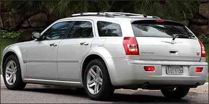 Vidro traseiro é pequeno e dificulta a visão do motorista, que precisa de sensor de estacionamento