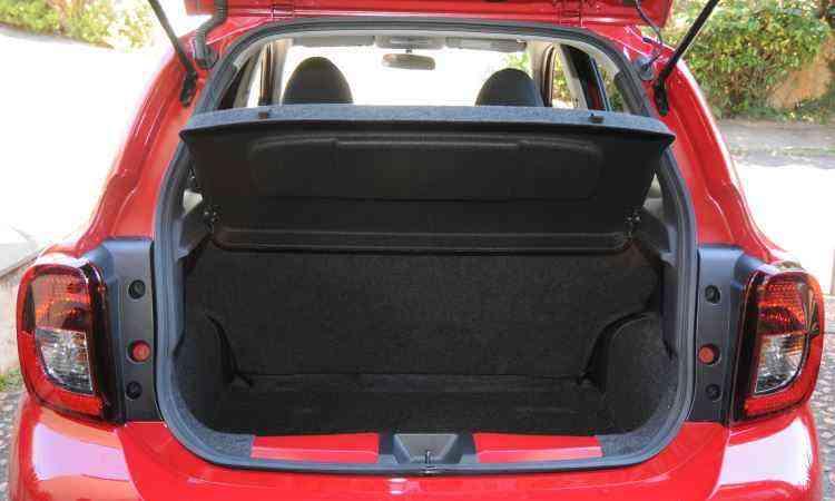 Porta-malas do Nissan tem 265 litros de volume, condizente com a categoria dos compactos  - Jair Amaral/EM/D.A Press