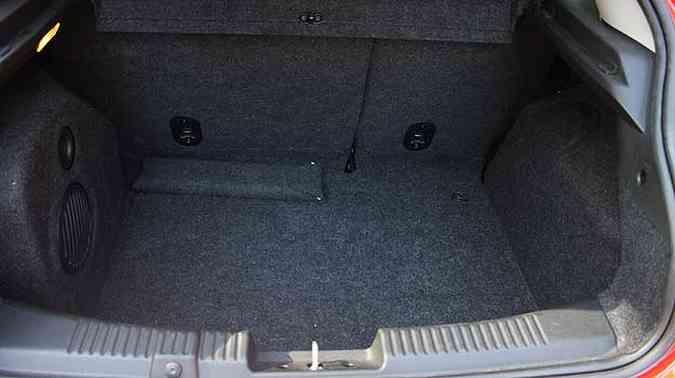 Porta-malas é amplo, mas falta rede para pequenos objetos(foto: Marlos Ney Vidal/EM/D.A Press)