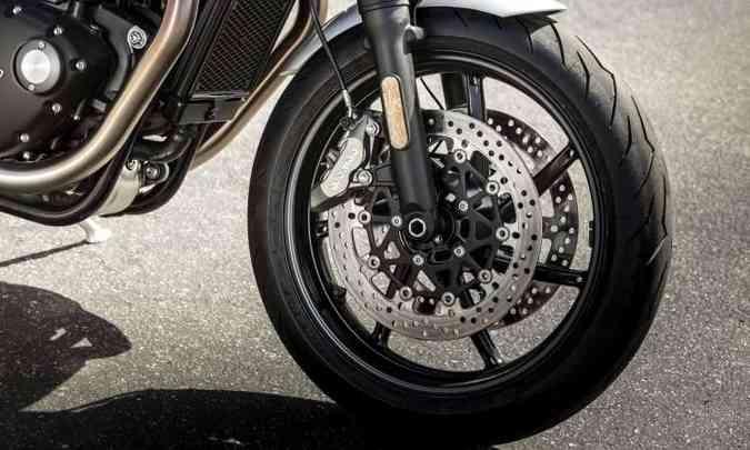 Os freios são ABS, com duplo disco na dianteira(foto: Triumph/Divulgação)