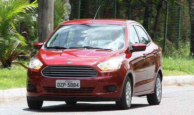 A frente tem a famosa 'boca Aston Martin', com grade com moldura e barras horizontais cromadas. - Marlos Ney Vidal/EM/D. A Press