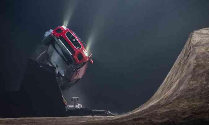 Para demonstrar a rigidez da carroceria e a força do conjunto mecânico, o dublê Terry Grant alçou voo com o E-Pace...(foto: Jaguar/Divulgação)
