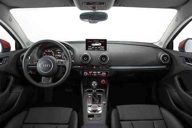 O A3 Sedan tem painel bem resolvido e sua tela multimidia se recolhe - Audi/Divulgação