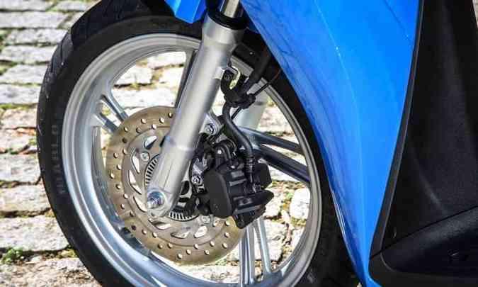 Os freios são a disco com sistema ABS(foto: Ari Custódio/Honda/Divulgação)