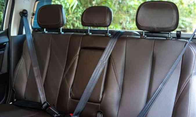 O banco traseiro tem o assento curto e baixo, mas traz os itens de segurança para os três passageiros(foto: Jorge Lopes/EM/D.A Press)