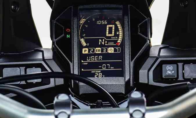 O painel tem estrutura vertical em LCD(foto: Caio Mattos/Honda/Divulgação)