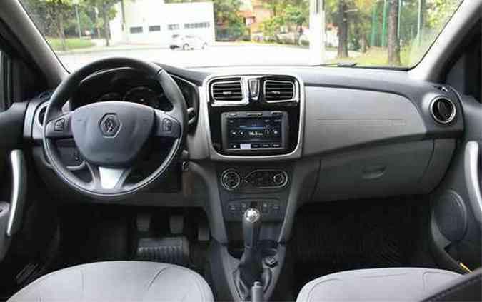 Comandos de controle de velocidade no volante e sistema multimídia bem posicionado(foto: Marlos Ney Vidal / EM / D.A Press)