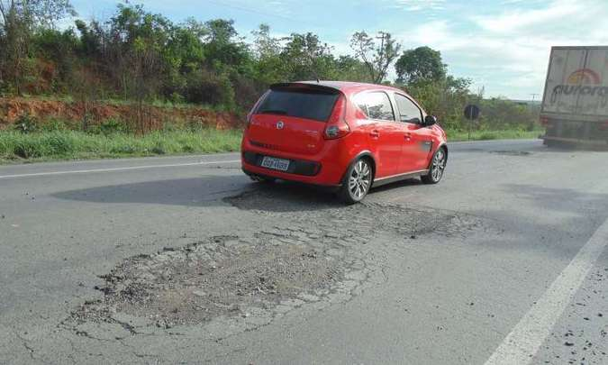 As estradas no Brasil já não colaboram muito, por isso é preciso fazer a revisão do carro antes da viagem(foto: Luiz Ribeiro/EM/D.A Press)