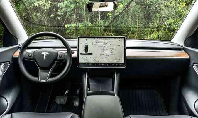 Um dos destaques do carro é o painel de controle central, com tela tátil de 15 polegadas(foto: Jorge Lopes/EM/D.A Press)