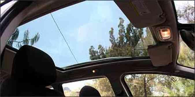 Teto de vidro, que se estende até o banco traseiro, deixa interior mais iluminado