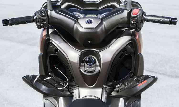 Dois porta-luvas no escudo frontal acomodam e recarregar o celular - Yamaha/Divulgação