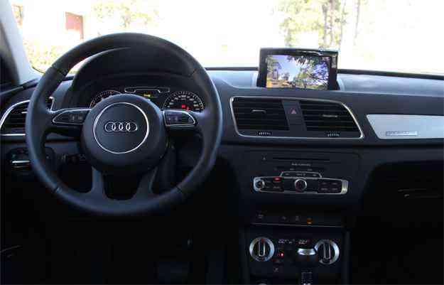 Audi Q3 2.0: O acabamento interno é de bom nível e mistura a cor preta com detalhes em plástico imitando metal - Marlos Ney Vidal/EM/D.A Press