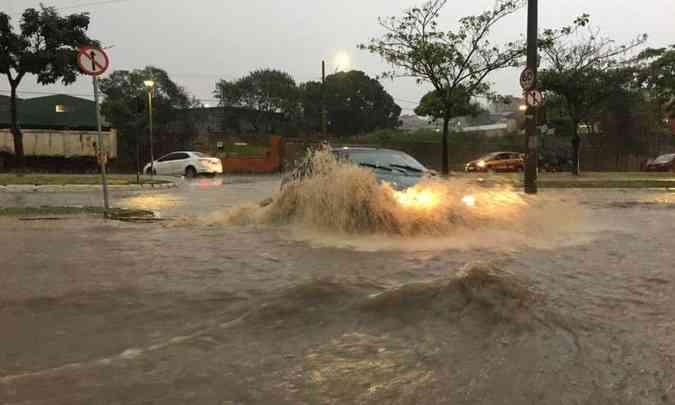 Ao atravessar um trecho inundado, é preciso manter o câmbio em primeira ou segunda marcha, passando devagar(foto: Jorge Lopes/EM/D.A Press)